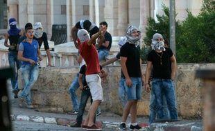 Des Palestiniens lancent des pierres sur les forces israéliennes de sécurité le 15 octobre 2015 à Bethlehem