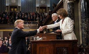 Donald Trump serre la main de Nancy Pelosi avant son discours sur l'état de l'Union, le 5 février 2019.