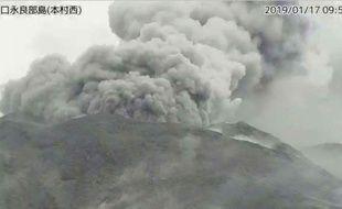 L'éruption du volcan sur l'île japonaise de Kuchinoerabu, le 17 janvier 2019.
