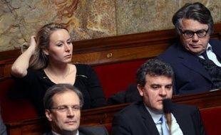 Les deux députés élus sous les couleurs du FN, Gilbert Collard et Marion Maréchal-Le Pen, voteront mercredi la motion de censure de l'UMP contre la politique économique du gouvernement, ont-ils annoncé vendredi, en exprimant des réserves.