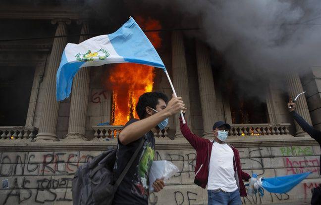 648x415 devant parlement feu manifestant brandit drapeau guatemala 21 novembre 2020