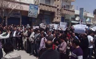 Des manifestants antigouvernementaux défilent dans les rues de Qamishli (Syrie), le 15 avril 2011.