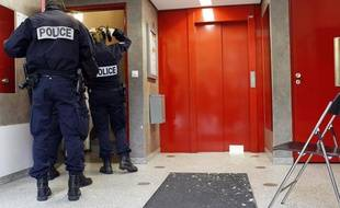 Des policiers sur les lieux de l'accident qui a fait trois blessés  graves, une  femme et ses deux enfants, à la suite d'une chute de six  étages, d'une cabine d'ascenseur dans un immeuble du 19ème arrondissement  de Paris, le 27 octobre 2011.