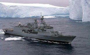 Une frégate de la marine néo-zélandaise patrouille en mer de Ross, en Antarctique, le 14 février 1999