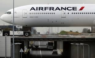 Un avion Air France traverse un pont à l'aéroport Charles-de-Gaulle (image d'illustration).