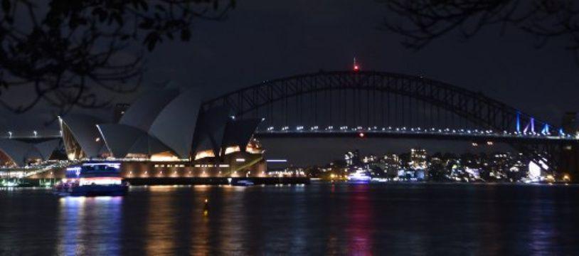 Le Harbour Bridge et l'Opéra de Sydney plongés dans le noir pour l'«Heure de la planète», le 24 mars 2018.