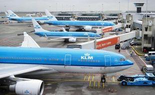 Les avions sont bloqués sur le tarmac de l'aéroport d'Amsterdam-Schiphol, le 27 mars 2015 après une panne d'électricité géante