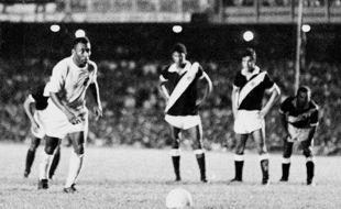 Le brésilien Pelé, sous le maillot du Santos, s'apprête à inscrire le 1.000e but de sa carrière, sur pénalty, au stade Maracana de Rio de Janeiro, le 19 novembre 1969.