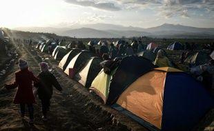 Des enfants se promènent dans le camp de migrants, près du village grec d'Idomeni à la frontière avec la Macédoine, le 2 mars 2016