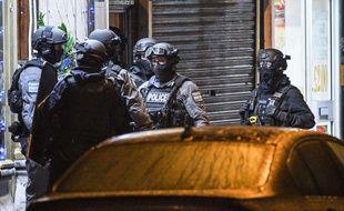 Illustration d'officiers de police antiterroriste à Londres.