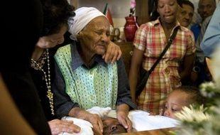 Dans le cercueil encore ouvert, au milieu de la salle à manger, repose un homme de 21 ans. Tué par balles. L'une des innombrables victimes de la guerre des gangs dans les banlieues du Cap, où les groupes criminels se disputent les territoires d'un juteux trafic de drogue.