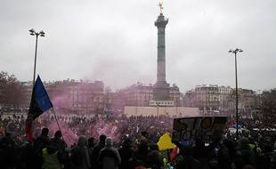 Des manifestants se rassemblent place de la Bastille lors d'une manifestation contre le projet de loi de sécurité globale, à Paris, le 16 janvier 2021.