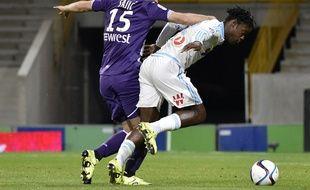 Le défenseur du TFC Uros Spajic n'a pas réussi à arrêter Michy Batshuayi, l'attaquant de l'OM.