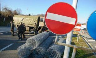 Des soldats installent une clôture à Spielfeld, à la frontière entre l'Autriche et la Slovénie, le 7 décembre 2015