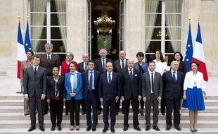 Photo de famille du gouvernement Valls à l'issue du premier Conseil des ministres, le 4 avril 2014 à l'Elysée.
