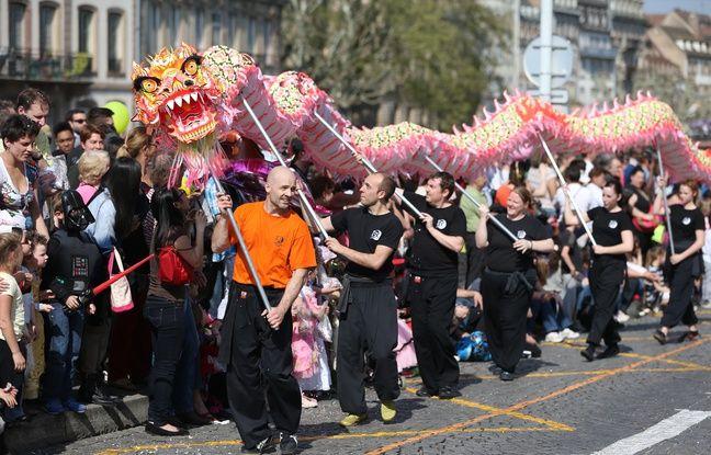 Le 8 février, c'est le Nouvel An chinois avec l'année du Singe. Défilé d'un dragon lors du carnaval de Strasbourg 2014.