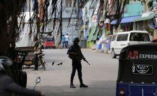 Un soldat sri lankais sécurise un axe de circulation à Colombo, au Sri Lanka, le 1er mai 2019.