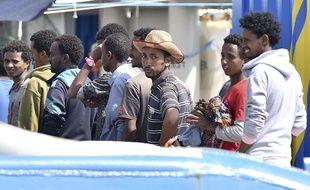 Des migrants rescapés en Méditerranée débarquent en italie le 9 juin 2015.