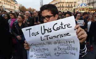 Des personnes se rassemblent place de la Comédie à Montpellier, le 14 novembre 2015