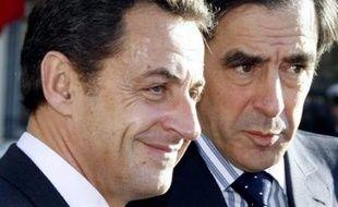 Nicolas Sarkozy perd deux points avec 57% de Français qui disent approuver son action, dans le baromètre de décembre de l'Ifop pour Paris Match à paraître jeudi, et François Fillon en perd également deux avec 52% d'opinions positives.