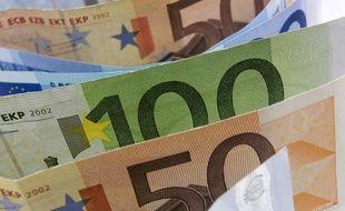 La première série de billets d'euros a été lancée en janvier 2002.