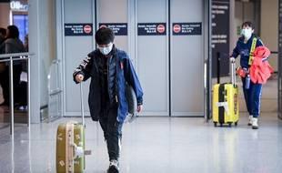 Un touriste à l'aéroport Roissy-Charles de Gaulle, le 26 janvier 2020.