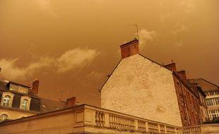 Une étrange lumière jaune a teinté lundi le ciel breton.