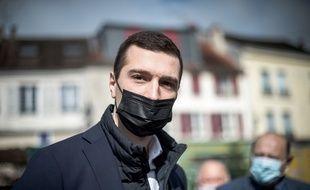 Jordan Bardella, le 15 mai 2021, en campagne électorale à Maule (Yvelines)