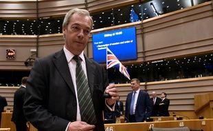 Le député europhobe britannique Nigel Farage, leader du parti anti-immigration britannique (UKIP) lors d'une session extraordinaire du Parlement européen à Bruxelles, le 28 juin 2016