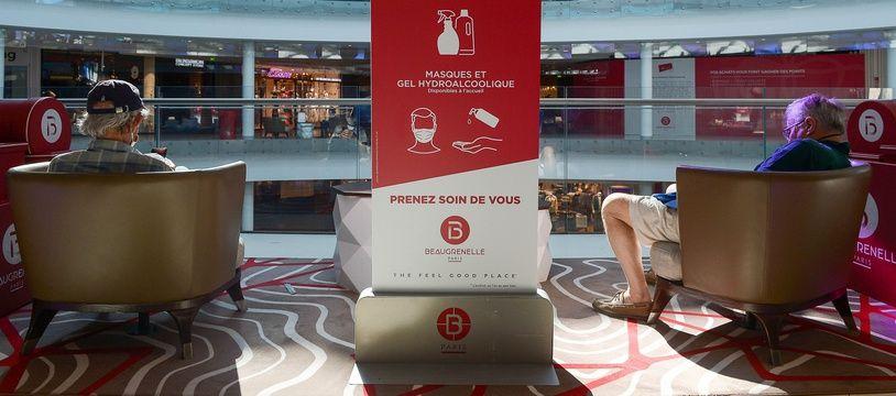 Un centre commercial en région parisienne, après le déconfinement.