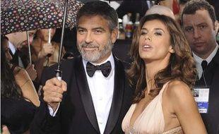 George Clooney et sa petite amie, Elisabetta Canalis sur le tapis rouge des 67e Golden Globe Awards à Los Angeles, le 17 janvier 2010.