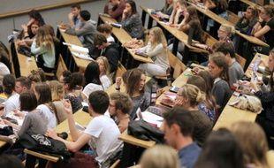 Des étudiants en sciences s'installent dans l'amphithéâtre le jour de la rentrée, à l'université de Caen dans le Nord-Ouest de la France, le 14 septembre 2015