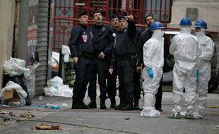 La police scientifique prèès du bâtiment où s'est déroulé le raid à Saint-Denis le 19 novembre 2015