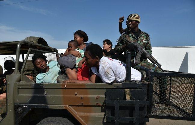 Des forces de sécurité ivoiriennes évacuent des civils après l'attaque de la station balnéaire Grand-Bassam, à l'est d'Abidjian, le 13 mars 2016.