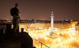 Un toiturophile sur un toit donnant place Vendôme