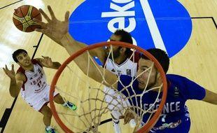 Jofrrey Lauvergne et Hamed Haddadi se sont livrés une rude bataille lors du match France-Iran, finalement remporté par les Bleus (81-76), le 4 septembre 2014, lors du Mondial de basket.