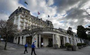 Des policiers suisses surveillent le 1er avril 2015 les accès à l'Hôtel Beau-Rivage de Lausanne où se déroulent les négociations sur le nucléaire iranien