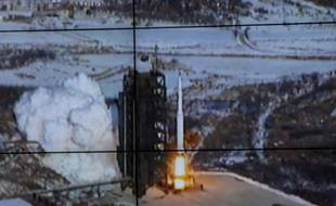 """L'ambassadeur chinois Li Baodong n'a pas parlé à la presse après le Conseil. Dans sa première réaction au tir nord-coréen, la Chine avait soufflé le chaud et le froid, appelant Pyongyang à """"respecter les résolutions"""" de l'ONU puis défendant son droit à explorer l'espace."""