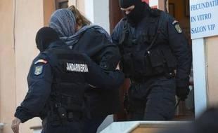 Un Israélien et une Roumaine, représentants d'une clinique privée de Bucarest et accusés de trafic d'ovocytes, ont été placés en détention préventive en Roumanie, a-t-on appris jeudi de source judiciaire.