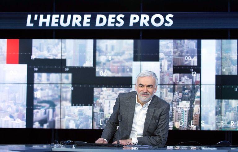 Pascal Praud censure la Une de «Charlie Hebdo» qui montre le dessin d'un sexe de femme