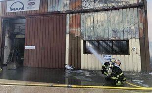 Un entrepôt de stockage de moteurs de bateaux est parti en feu à Carros.