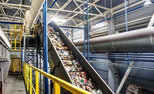 Les déchets plastiques peuvent être extrudés, fondus puis moulés, ou transformés en molécules d'intérêt industriel