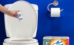 Le rouleau de papier toilette qui se jette dans la cuvette.