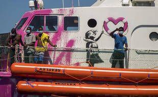 Le street artist Banksy a affrété un navire pour venir en aide aux migrants en Méditerranée.