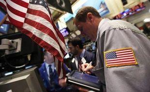 La Bourse de New York a ouvert en baisse mardi, préoccupée par des indicateurs mitigés sur le marché de l'immobilier aux Etats-Unis, et soucieuse pour la croissance chinoise: le Dow Jones cédait 0,44% et le Nasdaq 0,61%.