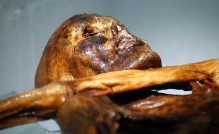 La momie de Ötzi, l'homme des glaces retrouvé dans un glacier alpin en 1991, exposée au musée archéologique de Bolzano, en Italie.