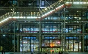 Le Centre Pompidou, de nuit, à Paris.