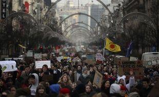 Des milliers de jeunes défilent lors d'une manifestation contre le changement climatique à Bruxelles, le jeudi 31 janvier 2019.