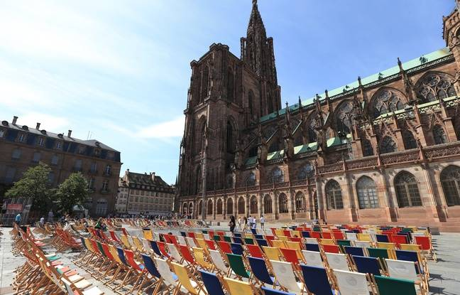 Strasbourg on August 27, 2015. Illustration of tourism and activities in the city.  The deckchairs at the place du chateau.