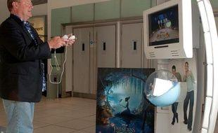 John Lasseter joue au jeu vidéo «La princesse et la grenouille».